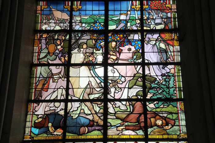 Vitrail n°6 : « Philippe Auguste, à la tête de sa Maison, vole au secours de l'arrière-garde qui succombe »
