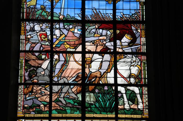 Vitrail n°10 : « L'empereur Othon, poursuivi par Guillaume des Barres, abandonne lâchement son armée »